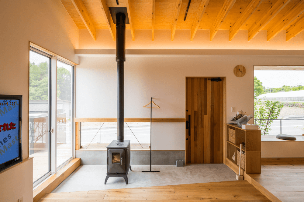 コンクリート床に配置された薪ストーブ