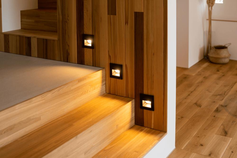 階段の足元を照らす間接照明v